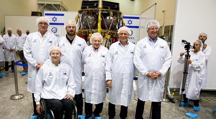 (Dari kanan) Kepala divisi ruang angkasa IAI, Kepala divisi ruang angkasa IAI, Ofer Doron, CEO SpaceIL Dr. Ido Anteby, presiden organisasi nirlaba SpaceIL Morris Kahn, pendiri Space IL Kfir Damari, pendiri SpaceIL Yariv Bash, dan Aviad Shmaryahu dari Badan Antariksa Israel.